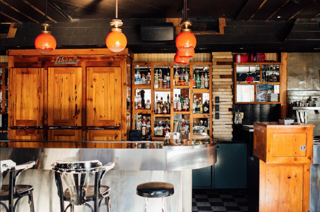Bar de Courcelle Saint Henri Montreal dive-bar terrasse campanelli